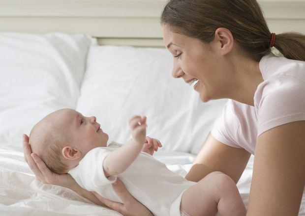 Cách nâng và bế bé sơ sinh