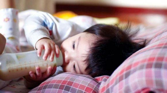 phòng tránh sặc sữa cho trẻ