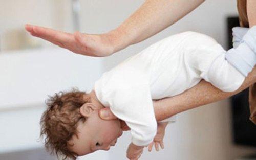 sơ cứu khi trẻ bị sặc sữa