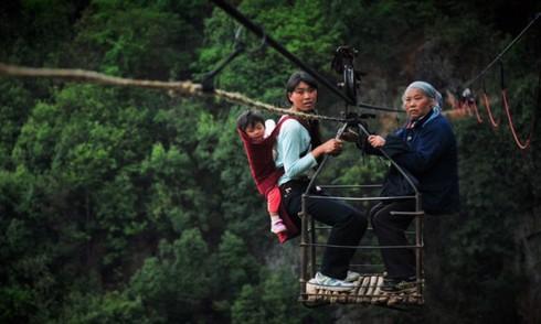 Làng Hồng Đắc ở Quý Châu: Ngôi làng cheo leo trên vách đá